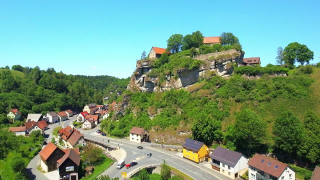 vídeos de stock, filmes e b-roll de pottenstein village em franconia - vista da cidade