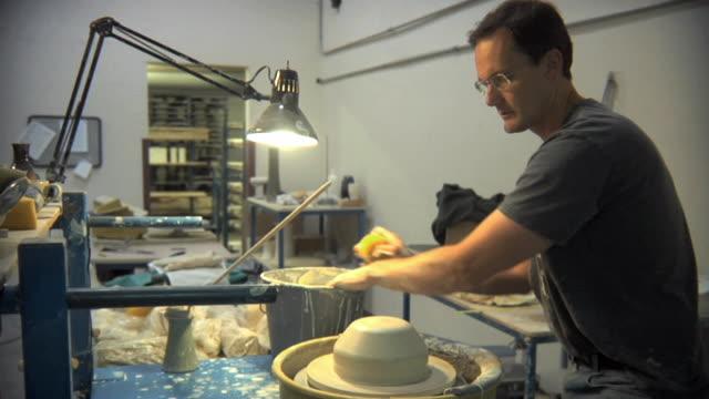 vídeos de stock e filmes b-roll de ms td potter creating pot from lump of clay at pottery studio / windsor, vermont, usa - ceramista