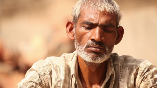 vídeos de stock e filmes b-roll de potter making earthen pots, faridabad, haryana, india - só homens maduros
