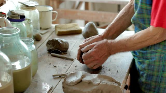 stockvideo's en b-roll-footage met potter preparing clay - menselijke vinger