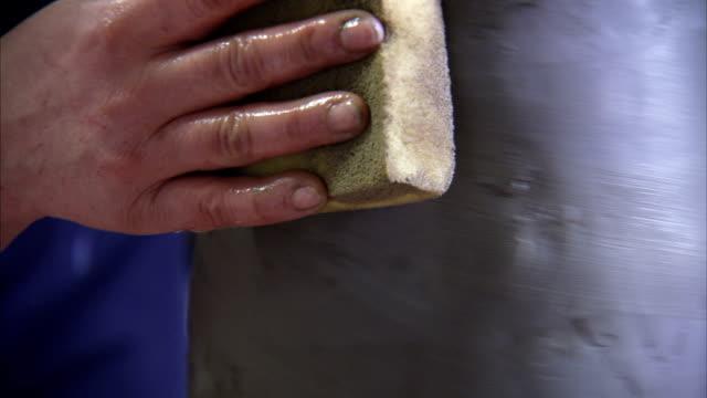 vídeos y material grabado en eventos de stock de a potter smooths a clay vase with a sponge. available in hd. - esponja