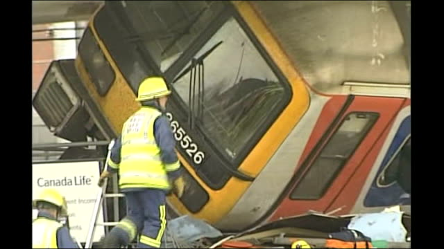 potters bar rail disaster inquest: coroner warns that it could happen again; tx 10.5.2002 england: hertfordshire: potters bar: ext train carriage... - 検死官点の映像素材/bロール