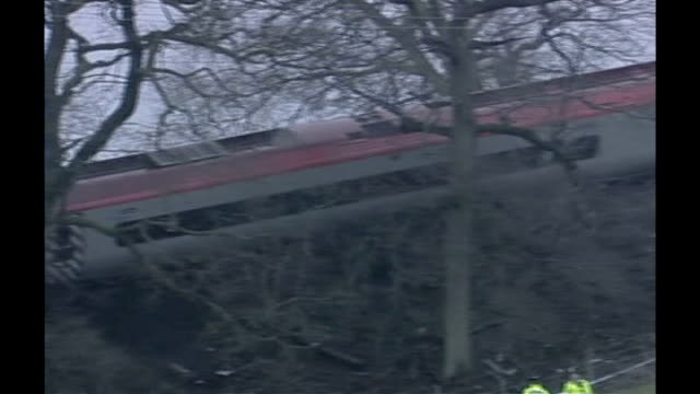 potters bar rail disaster inquest: coroner warns that it could happen again; tx 24.2.2007 cumbria: grayrigg: wreckage of virgin pendolino train... - 脱線点の映像素材/bロール