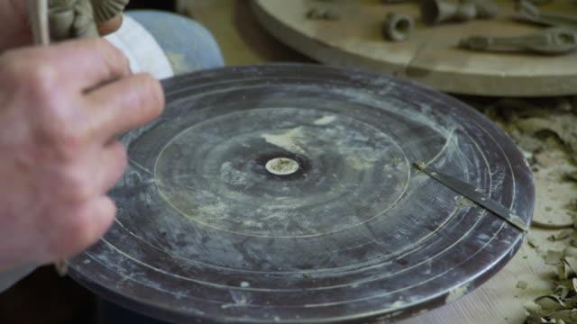 potter's wheel, knead clay - skulptur kunstwerk stock-videos und b-roll-filmmaterial