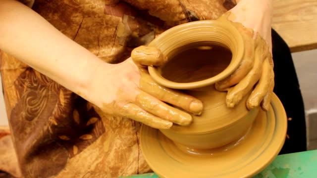 vídeos y material grabado en eventos de stock de potters rueda - ollas y cacerolas