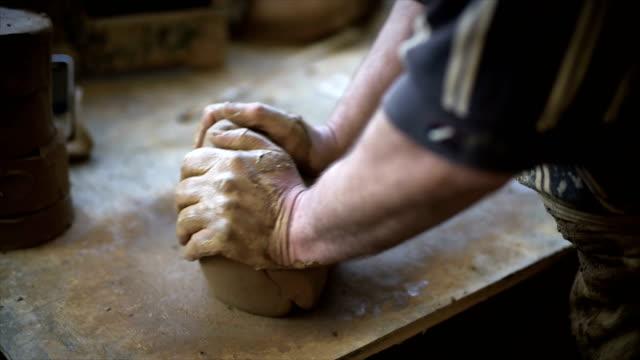 vidéos et rushes de poterie maître pleure argile - un seul homme
