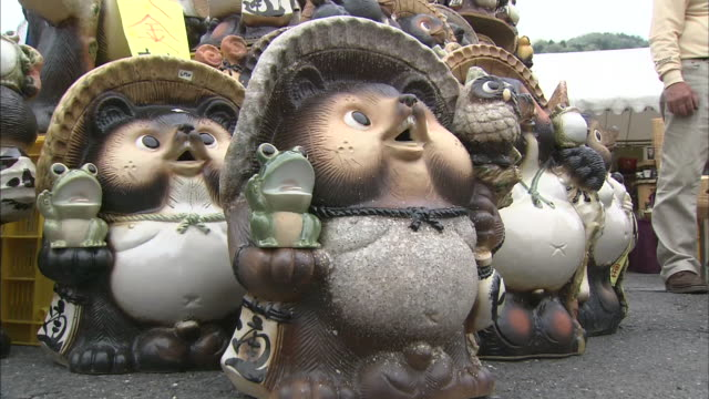 stockvideo's en b-roll-footage met pottery of raccoon dog,shigaraki ware, japan - middelgrote groep dingen