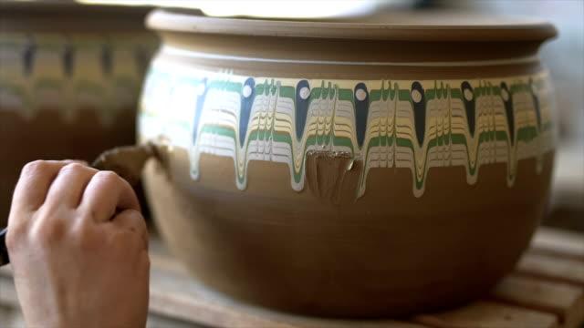 töpferungsprozess. vorbereitung auf klebearbeiten - kunsthandwerkliches erzeugnis stock-videos und b-roll-filmmaterial