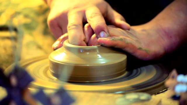 vídeos de stock e filmes b-roll de olaria - escultura