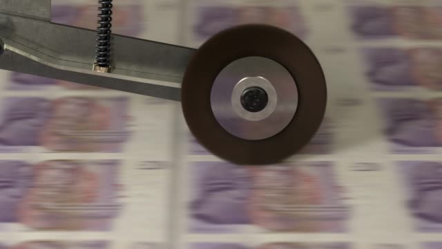 vídeos de stock e filmes b-roll de uk 20 pound banknotes being printed - grupo grande de objetos