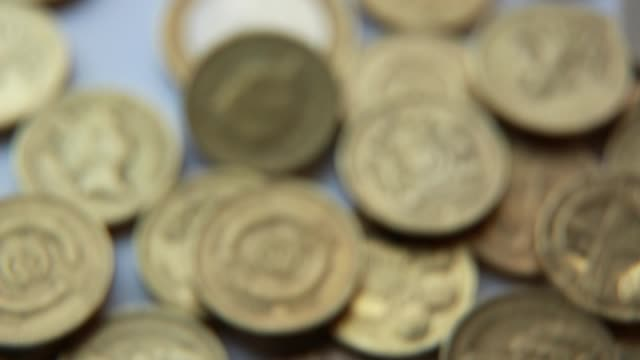 vídeos de stock e filmes b-roll de td pound coins a run of positive economic data and a strengthening british economy makes the sterling a magnet for inward investment the british... - símbolo da libra esterlina