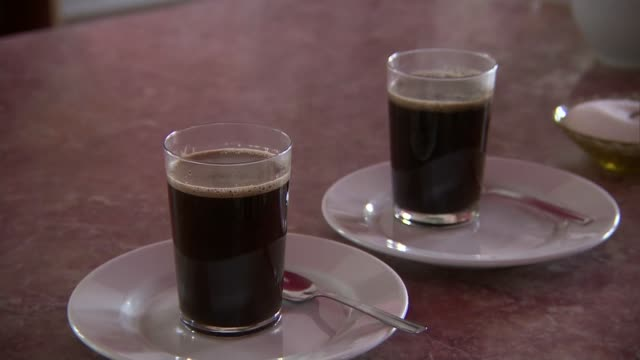 stockvideo's en b-roll-footage met pour brewed coffee - suikerpot