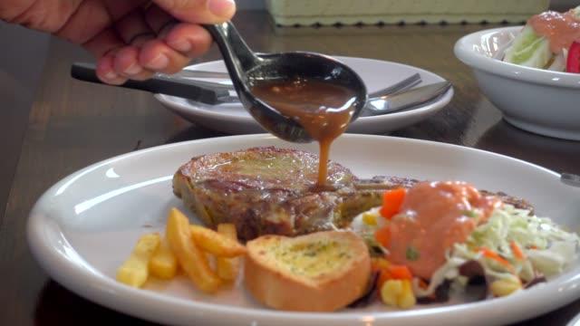 steak sauce zugießen - brühe stock-videos und b-roll-filmmaterial