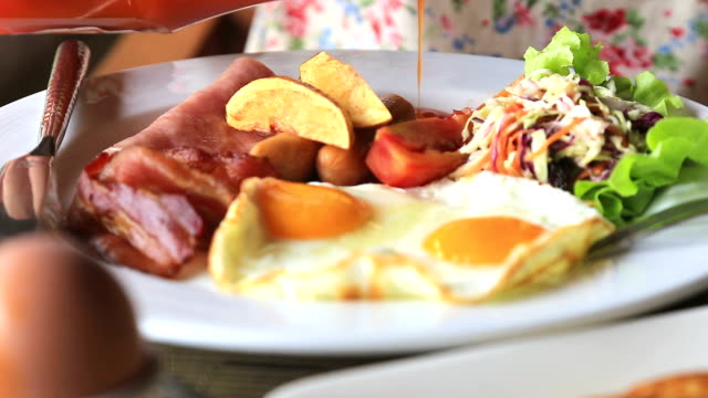 vídeos de stock e filmes b-roll de hd: verter o molho de tomate placa de pequeno-almoço - pimenteiro de mesa