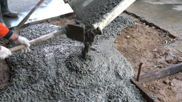 vídeos de stock, filmes e b-roll de piso de concreto derramado - concreto