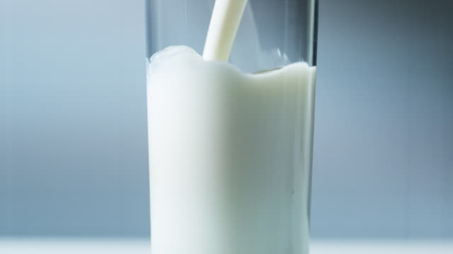 vídeos de stock e filmes b-roll de pouring a glass of milk - leite