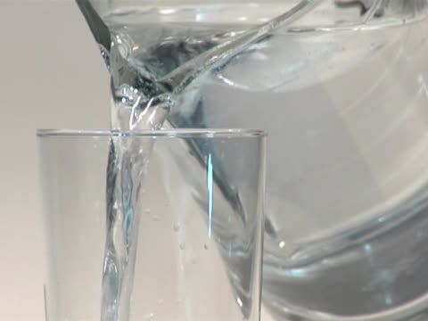 pouring a glass of mineral water from a pitcher - 注ぎ口点の映像素材/bロール