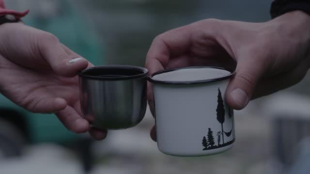 vídeos de stock, filmes e b-roll de despejando e bebendo chá em um acampamento. paisagem montanhosa - pinaceae