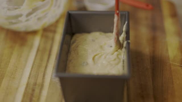 vídeos y material grabado en eventos de stock de vertiendo masa de pan de plátano en lata de hornear - rebozado