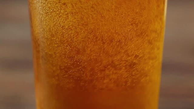 stockvideo's en b-roll-footage met pouring beer in glass - huishuidkunde