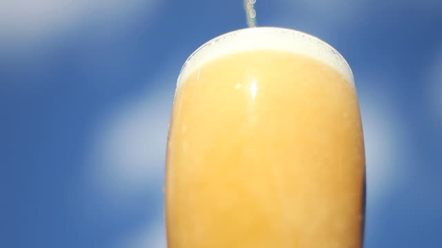 pouring beer into glass close-up - frische stock videos & royalty-free footage