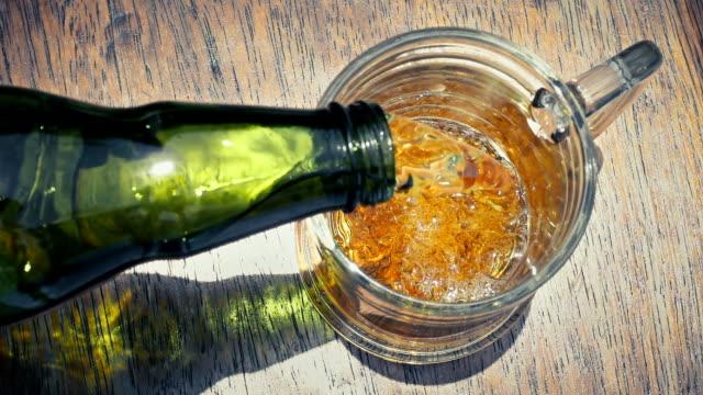 vídeos y material grabado en eventos de stock de cerveza vertiendo en vidrio - beer mug