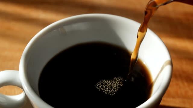 それを自然の蒸気をカップに注いでブラック コーヒー - モカ点の映像素材/bロール