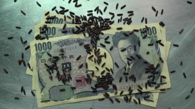 玄米を注ぐ千円札 - 玄米点の映像素材/bロール
