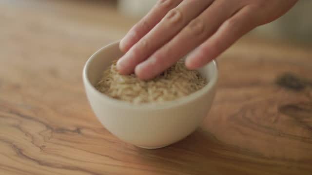 玄米をボウルに注ぐ - 玄米点の映像素材/bロール