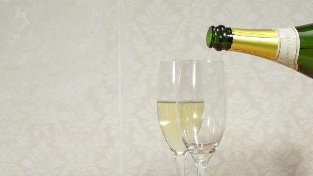 stockvideo's en b-roll-footage met pouring champagne - kleine groep dingen