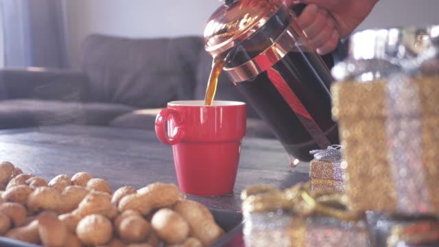 フランス語プレスからコーヒーを注ぐ - 満たす点の映像素材/bロール