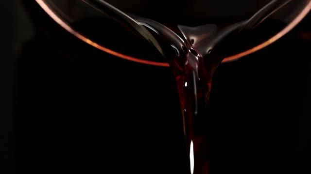 kaffee in tasse kaffee gießen - kaffeetasse stock-videos und b-roll-filmmaterial