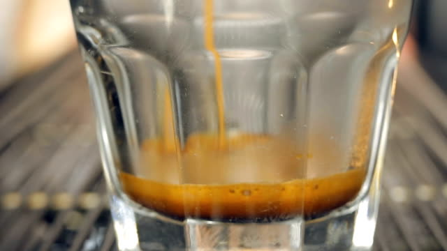 vídeos de stock e filmes b-roll de vertendo café em vidro - coffee drink