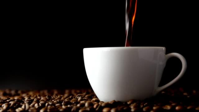 kaffee eingießen - kaffee getränk stock-videos und b-roll-filmmaterial