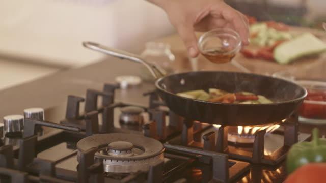cognac in pfanne gießen, beim grillen - skillet cooking pan stock-videos und b-roll-filmmaterial