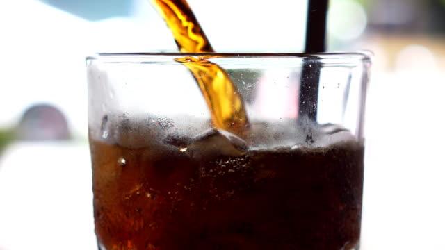 vídeos y material grabado en eventos de stock de verter cola en vidrio - cola gaseosa