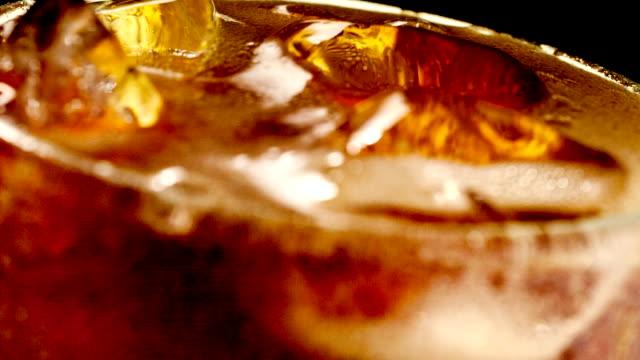 Eingießen cola Erfrischungsgetränke