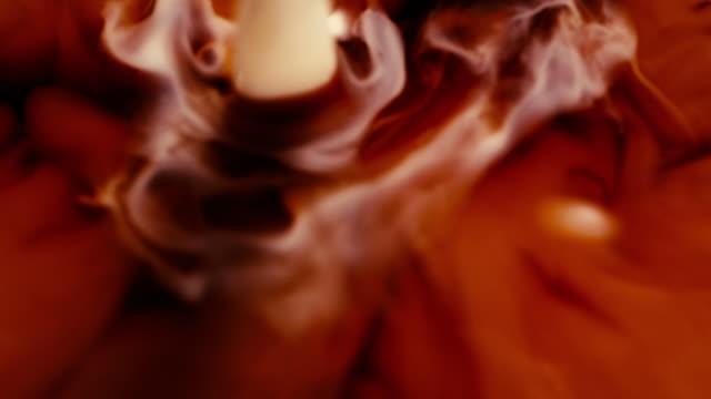 vídeos de stock, filmes e b-roll de derramar o creme em uma xícara de café - xícara