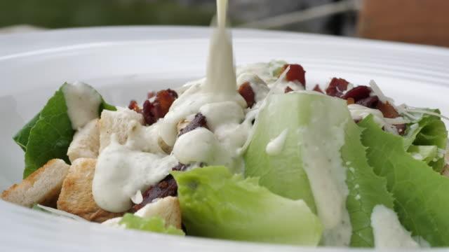 Sahne-Sauce über den Salat gießen