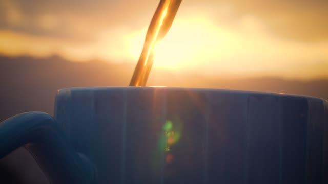 gießen tasse schwarzen kaffee nahaufnahme - etwas herstellen stock-videos und b-roll-filmmaterial