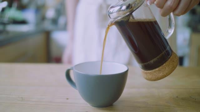 hälla färskt kaffe i kopp för service