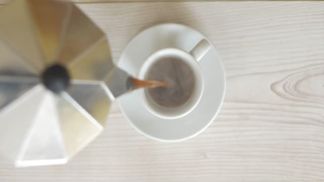 pouring  fresh coffee into cup for servicing - bricco per il caffè video stock e b–roll