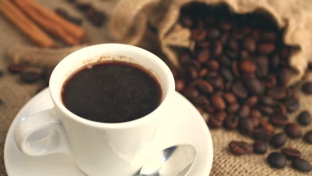 注ぐたてのホットコーヒーのカップに - 麻袋点の映像素材/bロール