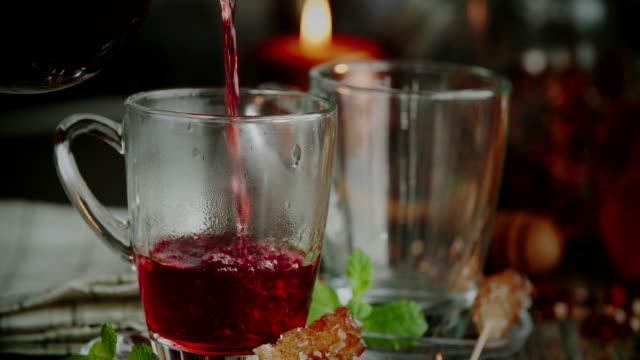 Gießen Sie Früchtetee in Tasse