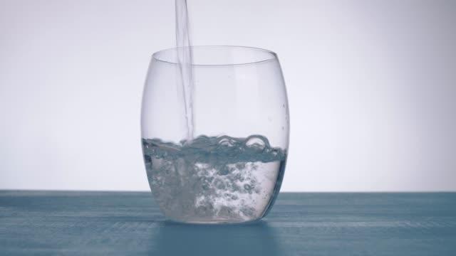 glas wasser gießen - wasserflasche stock-videos und b-roll-filmmaterial