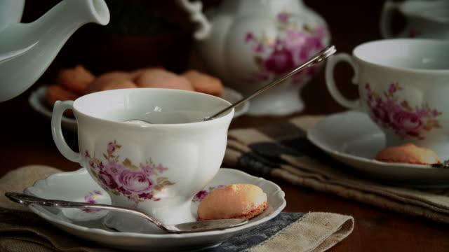 vidéos et rushes de verser le thé vert en tasse - goûter