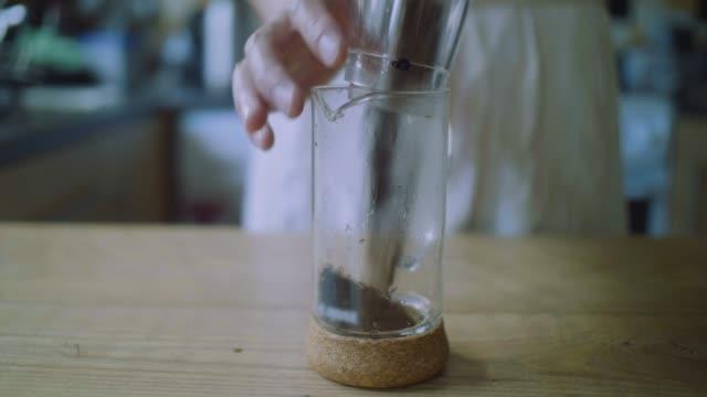hälla malet kaffe i fransk press