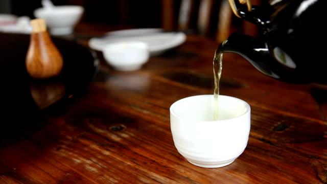vídeos y material grabado en eventos de stock de sirve té caliente - tetera vajilla