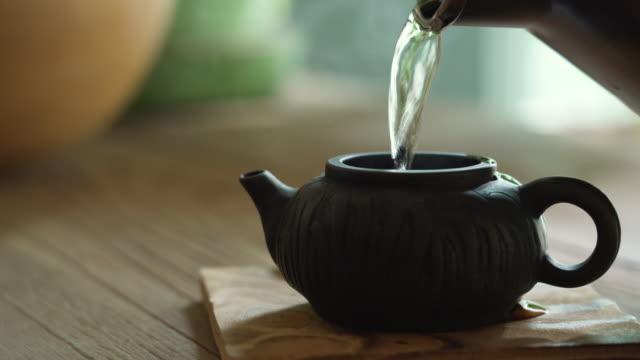 中国風のティーポットに湯を注ぐ - 朝食点の映像素材/bロール