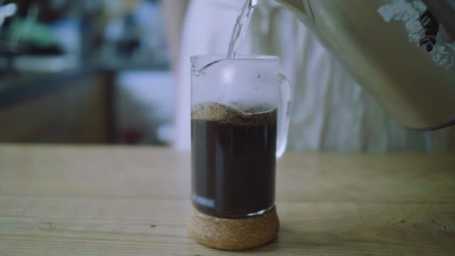 hälla hett vatten i fransk press för att göra kaffe